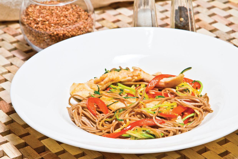Гречневые спагетти с курицей и соусом песто