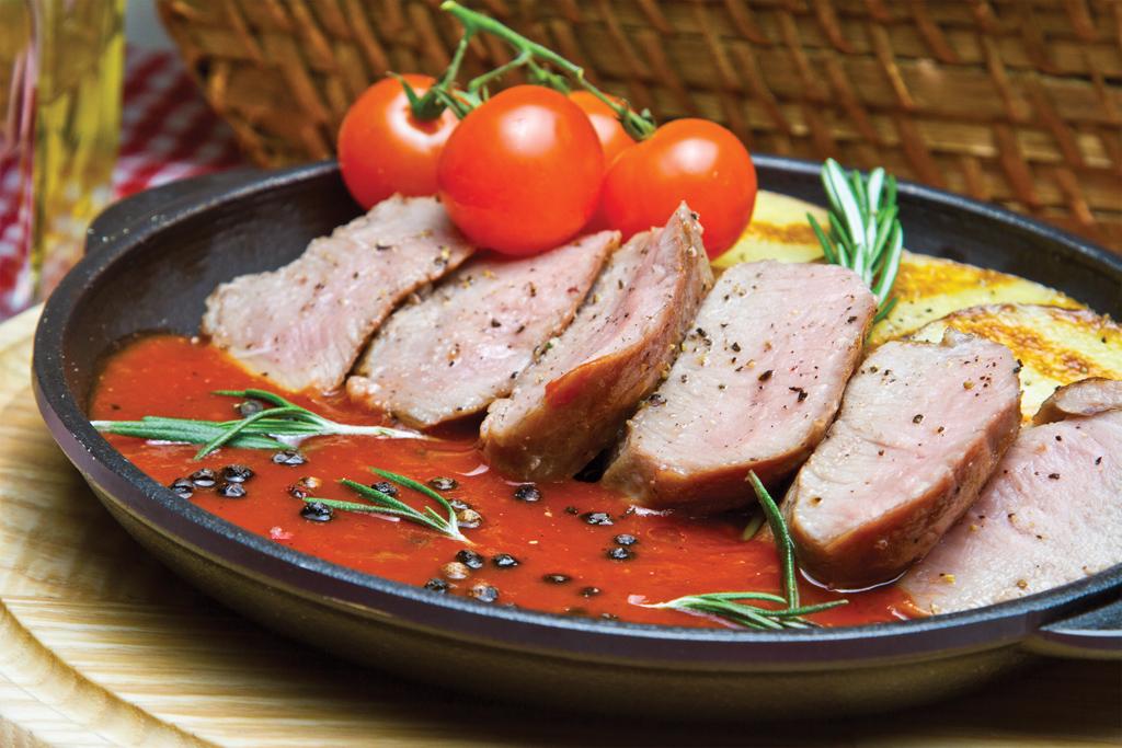 Ростбиф с картофелем и печеными томатами черри