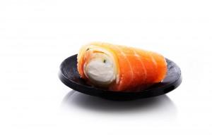 Рулетик из лосося с сыром Филадельфия