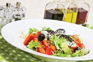 Салат овощной с сыром буко
