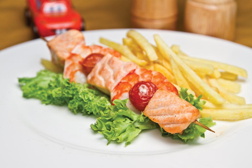 Шашлычок из лосося с тигровыми креветками