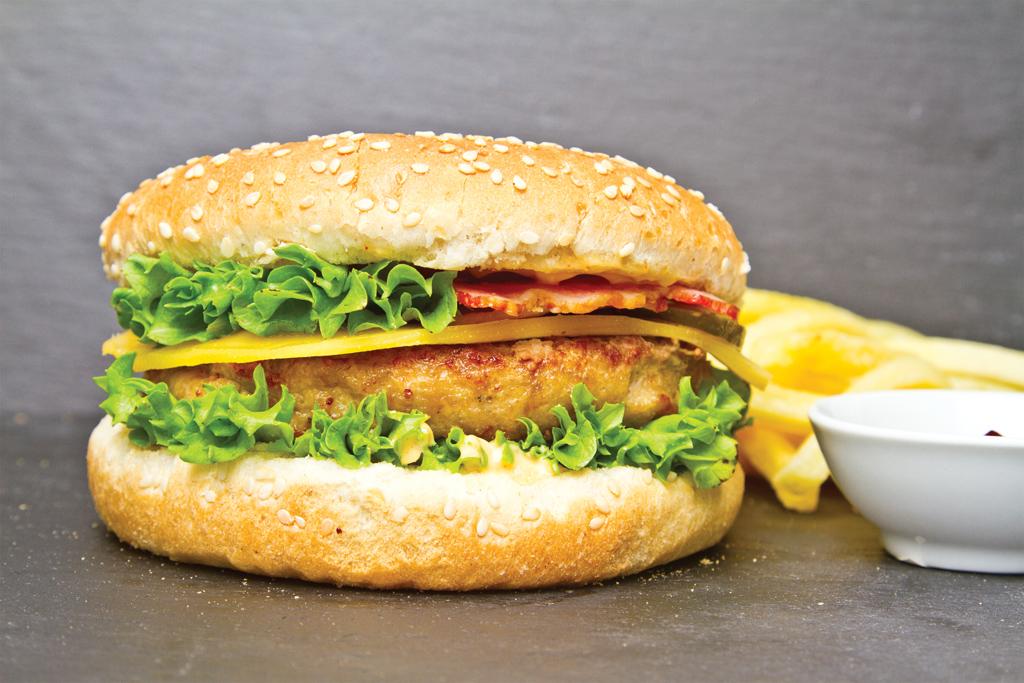 Бургер с курицей, сыром эменталь и соусом цезарь
