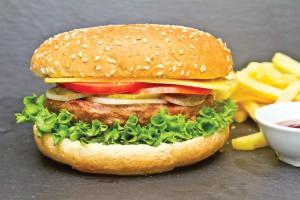 Бургер с телятиной   маринованым луком и пряным соусом