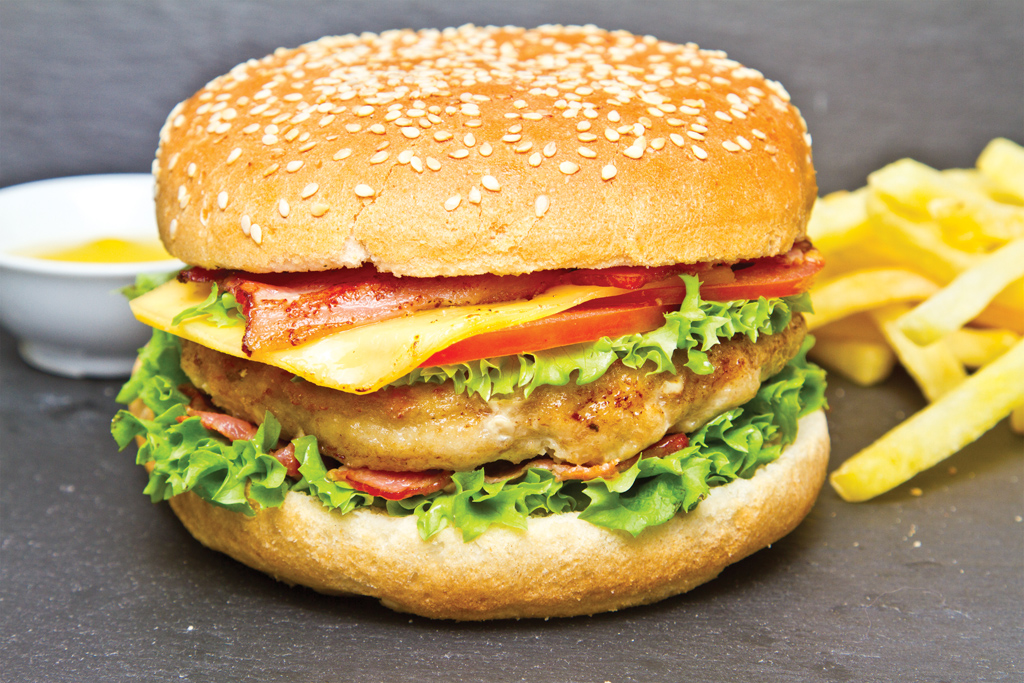 Бургер со свининой, беконом и соусом барбекю